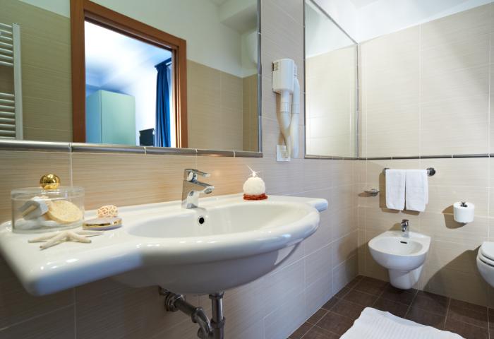 bagno-camera-matrimoniale-402-hotel-sirio-lido-di-camaiore